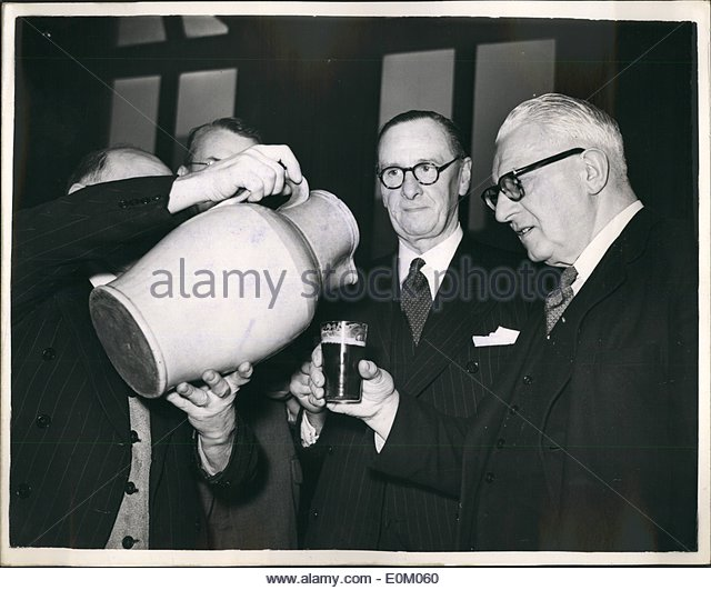 feb-02-1953-cake-and-ale-ceremony-at-stationers-hall-traditional-distribution-e0m060